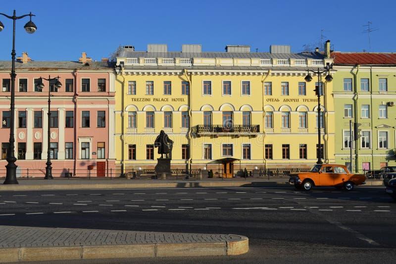 Paisaje de la ciudad de St Petersburg, edificios antiguos, camino imágenes de archivo libres de regalías