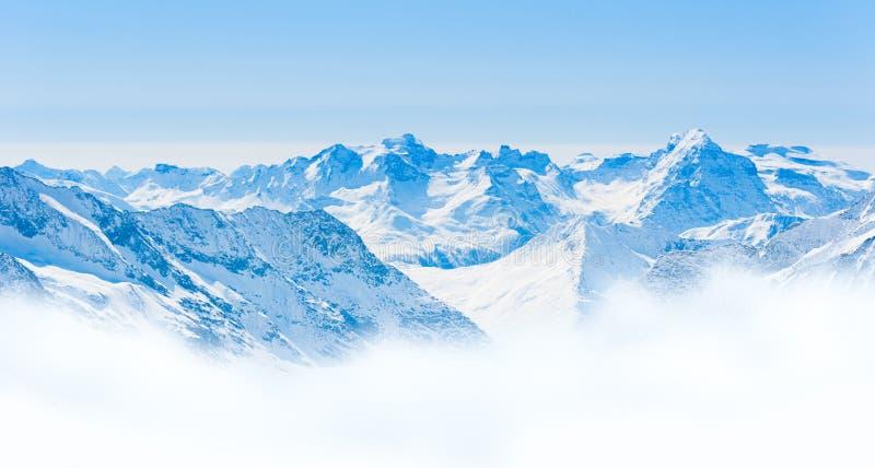 Paisaje de la cordillera de la nieve con el cielo azul de la región de Jungfrau fotografía de archivo libre de regalías