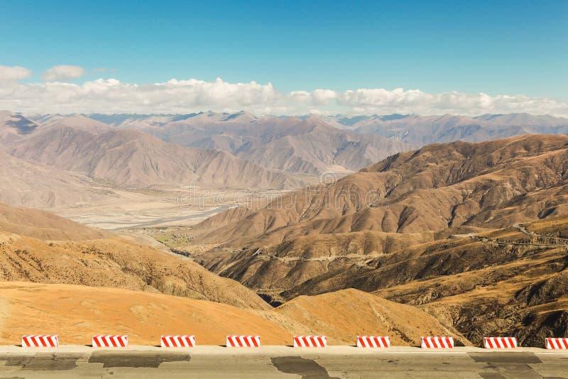 Paisaje de la cordillera en la manera al campo bajo de Everest en Tíbet, China imagen de archivo