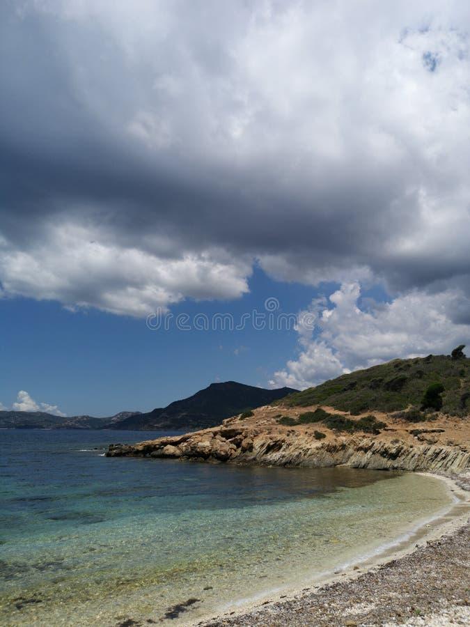 Paisaje de la costa costa de Cerdeña con la playa vacía fotografía de archivo