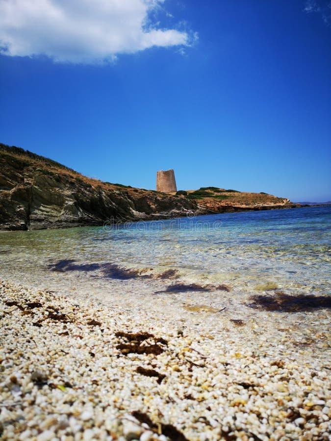 Paisaje de la costa costa de Cerdeña con la playa vacía fotos de archivo