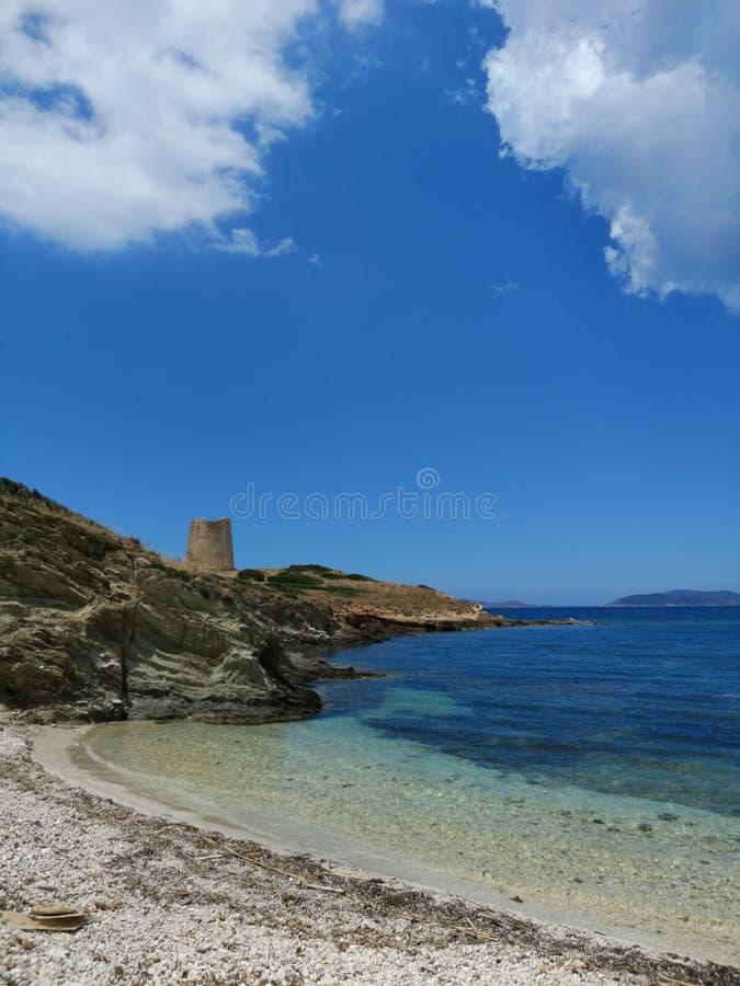 Paisaje de la costa costa de Cerdeña con la playa vacía imagenes de archivo