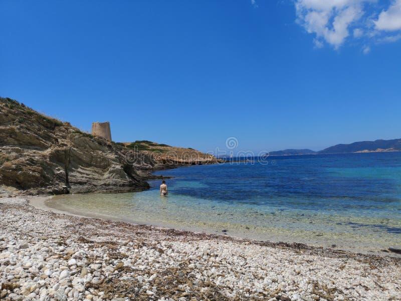 Paisaje de la costa costa de Cerdeña con la playa vacía imagen de archivo