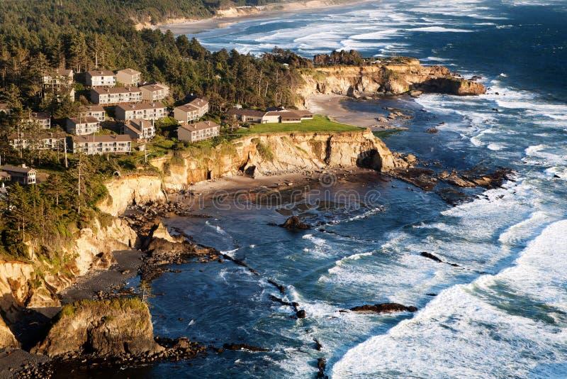 Paisaje de la costa con los condominios fotos de archivo