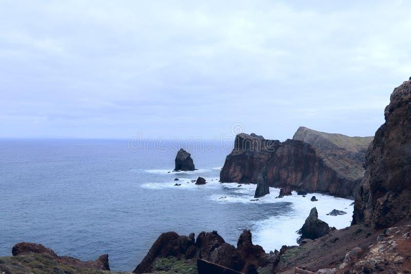 Paisaje de la costa de la isla de Madeira en un d?a nublado foto de archivo