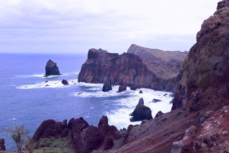 Paisaje de la costa de la isla de Madeira en un d?a nublado imagenes de archivo