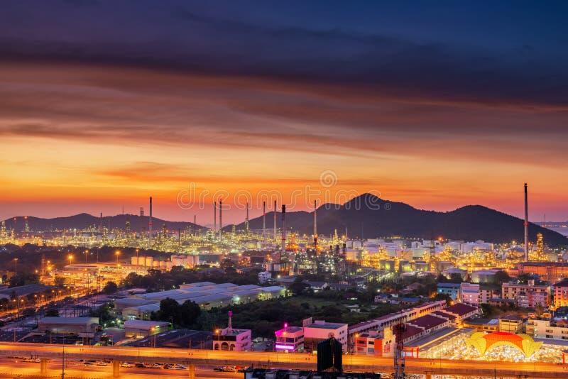 Paisaje de la fábrica de la refinería del petróleo y gas , Edificios petroquímicos o químicos del proceso destilador , Fábrica de foto de archivo libre de regalías
