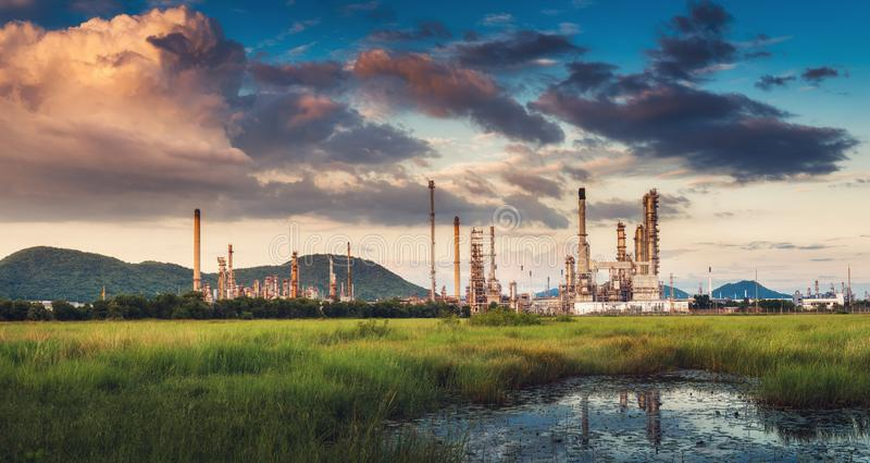 Paisaje de la fábrica de la refinería del petróleo y gas , Edificios petroquímicos o químicos del proceso destilador , Fábrica de fotos de archivo