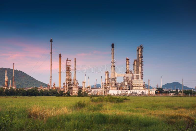 Paisaje de la fábrica de la refinería del petróleo y gas , Edificios petroquímicos o químicos del proceso destilador , Fábrica de imagen de archivo libre de regalías