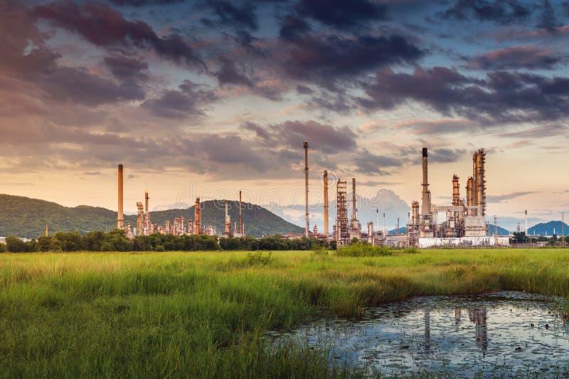 Paisaje de la fábrica de la refinería del petróleo y gas , Edificios petroquímicos o químicos del proceso destilador , Fábrica de foto de archivo