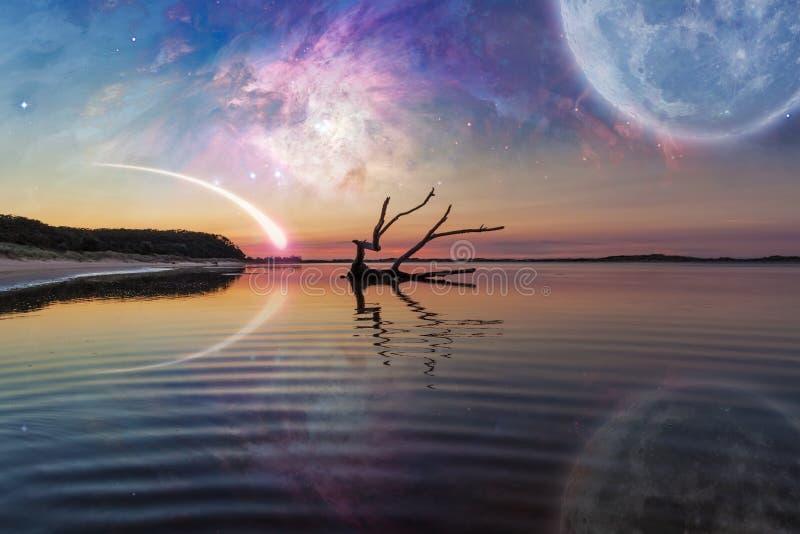 Paisaje de la fantasía con la madera de deriva, planeta enorme en el cielo, galaxia foto de archivo libre de regalías