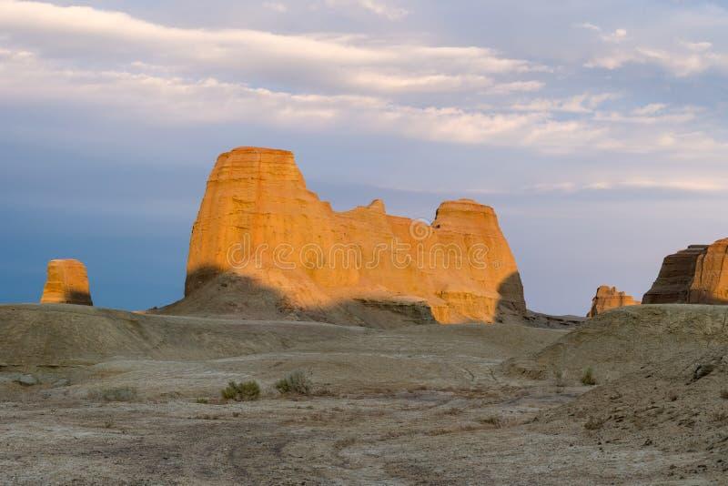 Paisaje de la forma de relieve de la erosión de viento en puesta del sol fotos de archivo