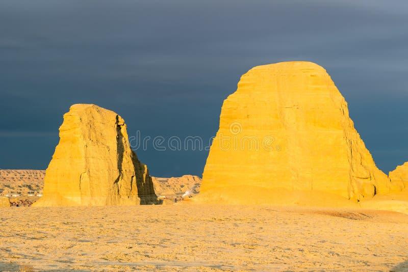 Paisaje de la forma de relieve de la erosión de viento en puesta del sol fotografía de archivo