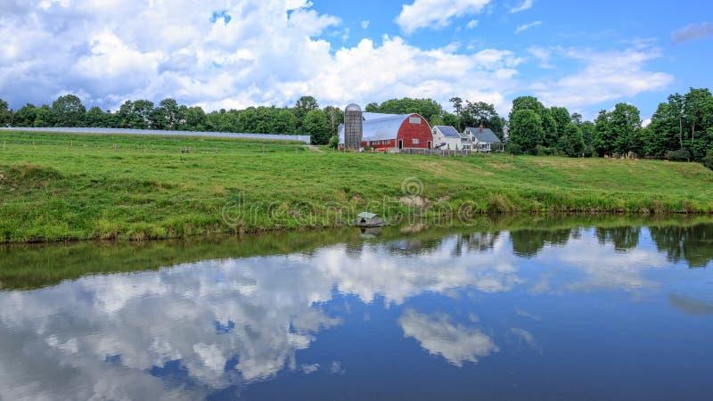 Paisaje de la granja con la charca foto de archivo
