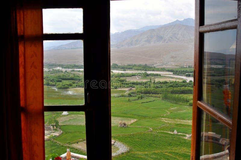 Paisaje de la India - de Ladakh de una ventana imagen de archivo
