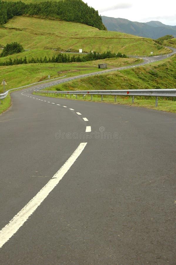 Paisaje de la isla de Azores con los caminos curvy y ventosos fotografía de archivo libre de regalías
