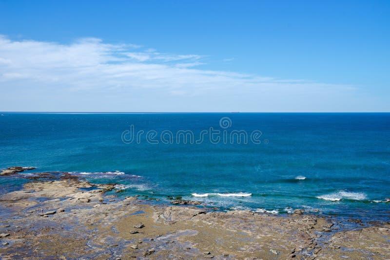 Paisaje de la línea océano azul profundo de la costa de la roca de la playa con beautifu foto de archivo libre de regalías