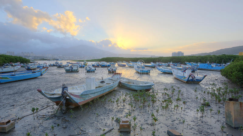 Paisaje de la mañana con los barcos trenzados en el río de Tamsui, en Taipei Taiwán foto de archivo