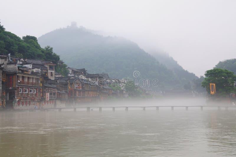 Paisaje de la mañana de la ciudad antigua de FengHuang imagenes de archivo