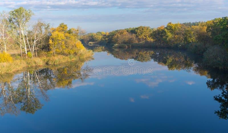 Paisaje de la mañana en el río del Samara cerca de la ciudad de Novomoskovsk, Ucrania imágenes de archivo libres de regalías