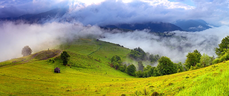 Paisaje de la mañana en las montañas. Cárpato imagen de archivo