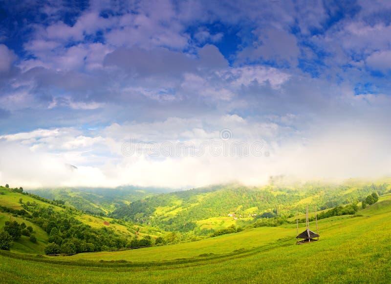Paisaje de la mañana en las montañas. Cárpato foto de archivo libre de regalías
