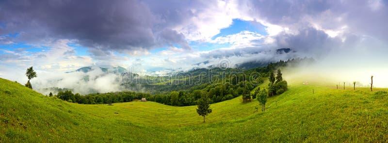 Paisaje de la mañana en las montañas. Cárpato fotografía de archivo libre de regalías