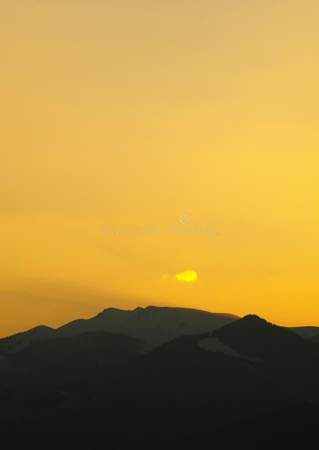 Paisaje de la ma?ana con las monta?as y el cielo anaranjado en la salida del sol con el reflejo del sol Igualaci?n de puesta del  foto de archivo libre de regalías