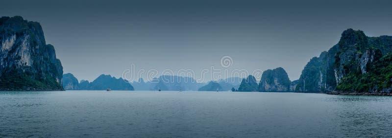 Paisaje de la madrugada con la flotación azul de los desperdicios de la niebla y del turista fotos de archivo libres de regalías