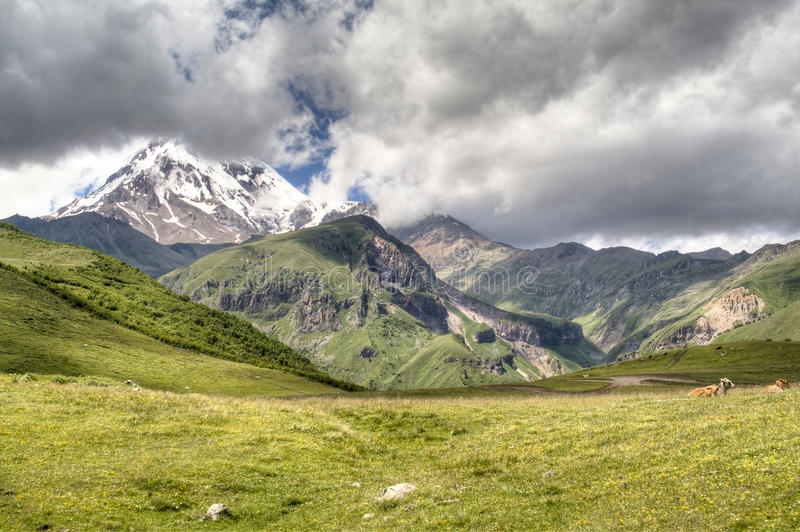 Paisaje de la montaña alrededor de Kazbegi imagen de archivo