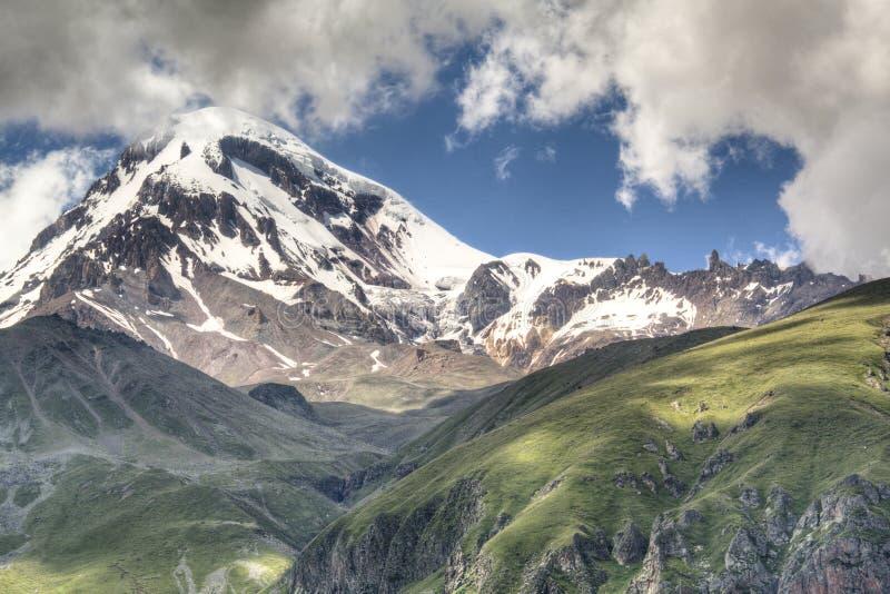 Paisaje de la montaña alrededor de Kazbegi fotografía de archivo libre de regalías