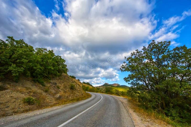 Paisaje de la montaña con la carretera con curvas fotos de archivo