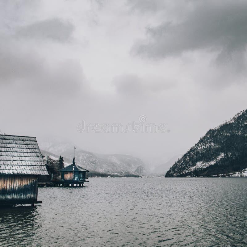 Paisaje de la montaña con el lago y la cabina de madera fotos de archivo