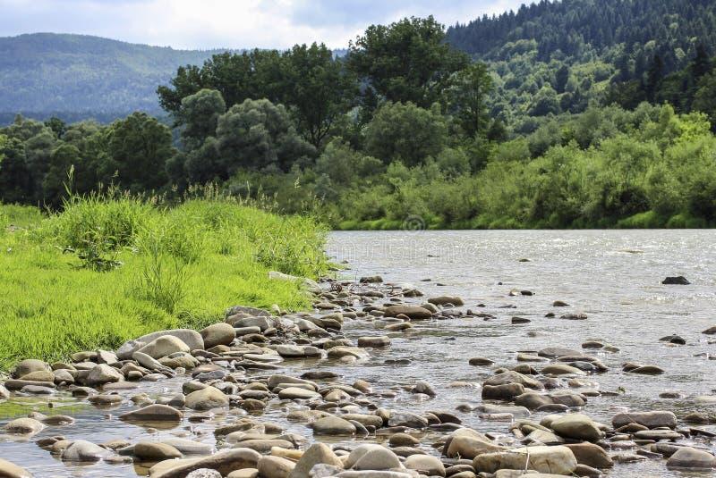 Download Paisaje De La Montaña Con El Río Imagen de archivo - Imagen de verde, cielo: 42446293