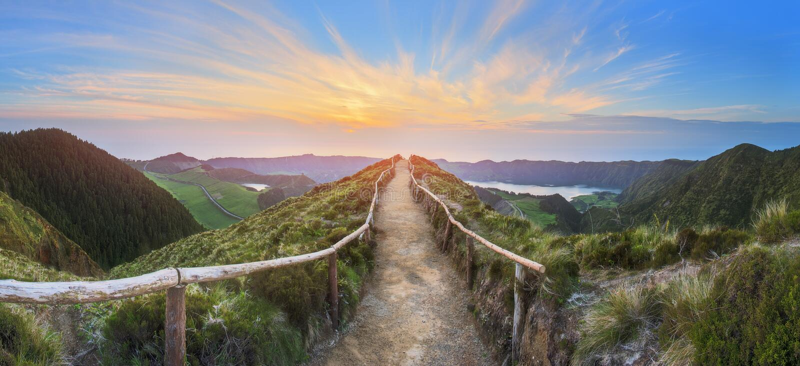 Paisaje de la montaña con la pista de senderismo y la vista de los lagos hermosos, Ponta Delgada, sao Miguel Island, Azores, Port fotos de archivo