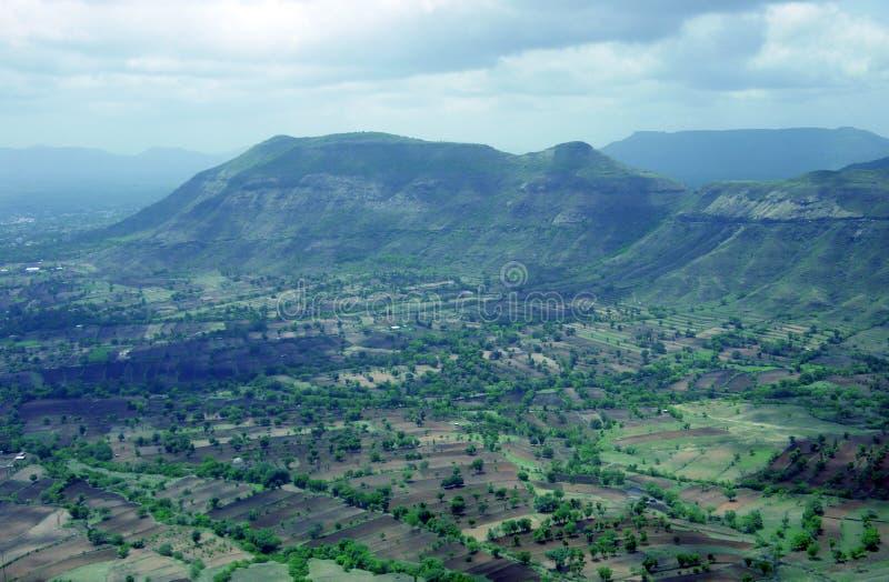Paisaje de la montaña con los campos paralelos cerca de Panchgani, la India foto de archivo libre de regalías