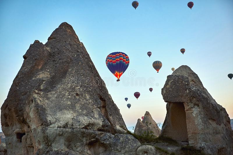 Paisaje de la montaña con los globos grandes en una estación de verano corta imagen de archivo libre de regalías