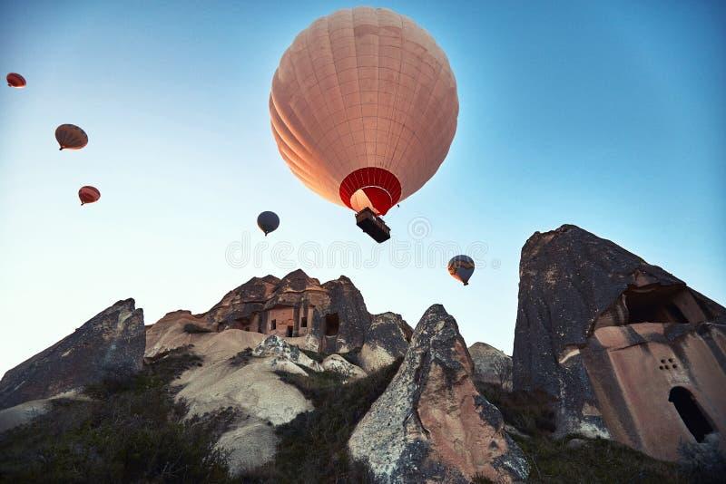 Paisaje de la montaña con los globos grandes en una estación de verano corta fotos de archivo libres de regalías