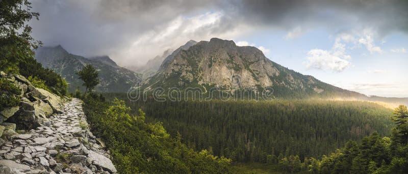 Paisaje de la montaña con la pista de senderismo imagen de archivo libre de regalías