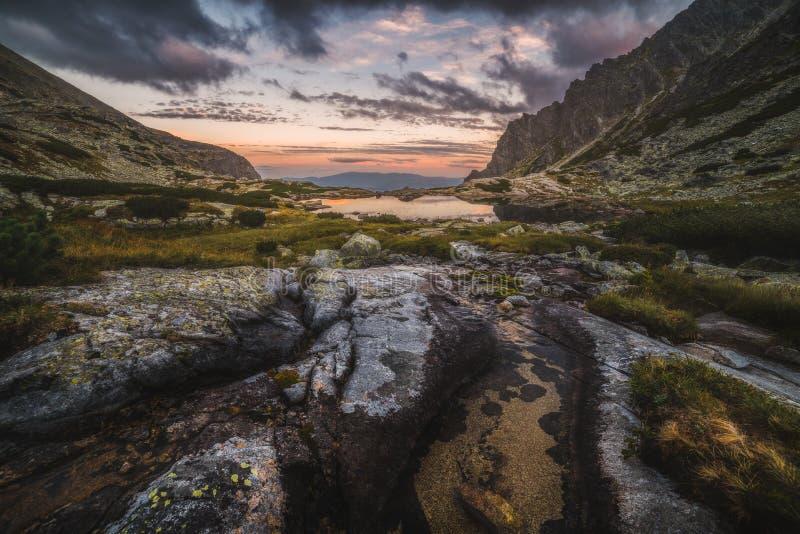 Paisaje de la montaña con un Tarn y una cala fotos de archivo