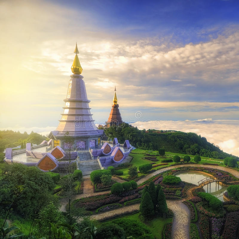 Paisaje de la montaña de Inthanon de la pagoda dos (stupa) del siri del phum del phon del methanidon-noppha del noppha, Chiang Ma fotografía de archivo