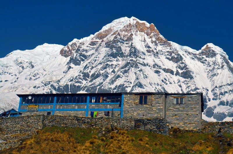 Paisaje de la montaña de la nieve en Himalaya Casa de campo en el campo bajo de Annapurna imagenes de archivo