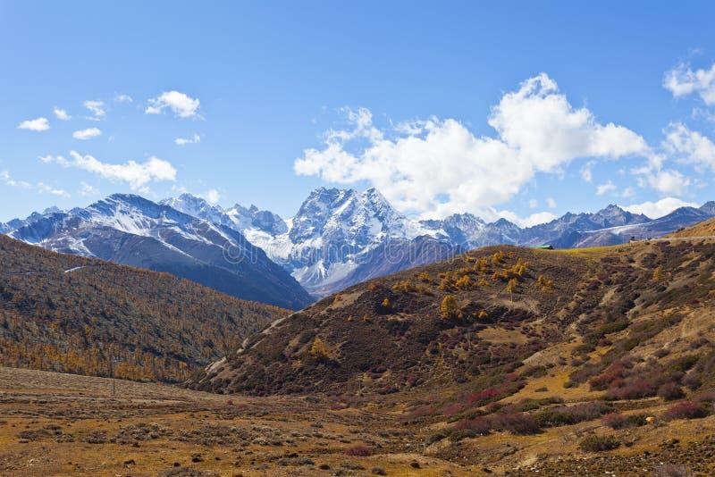 Paisaje de la montaña de la nieve en otoño imagenes de archivo