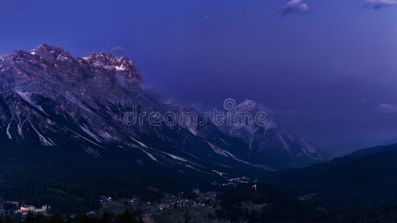 Paisaje de la montaña de la noche Dolomías de Italia después de la puesta del sol foto de archivo libre de regalías