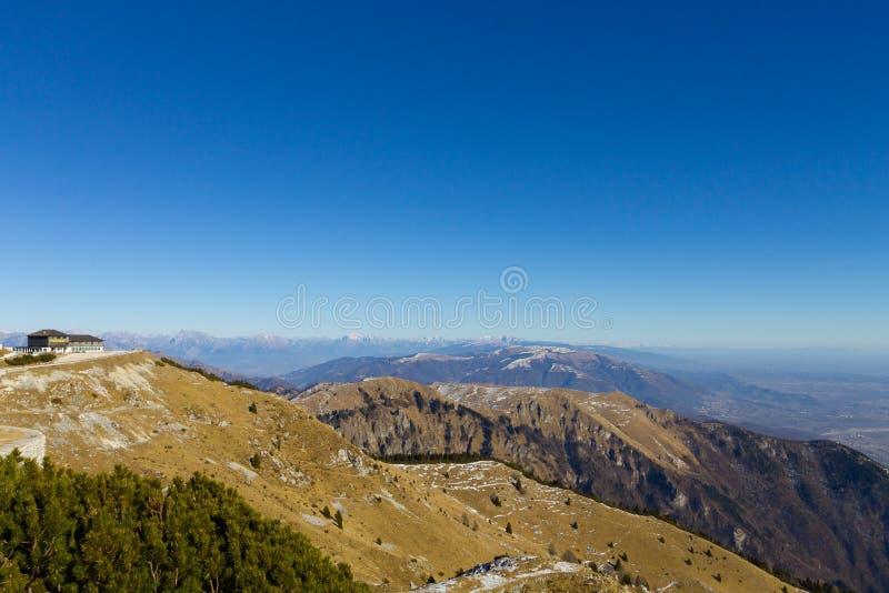 Paisaje de la montaña de las montañas italianas fotografía de archivo