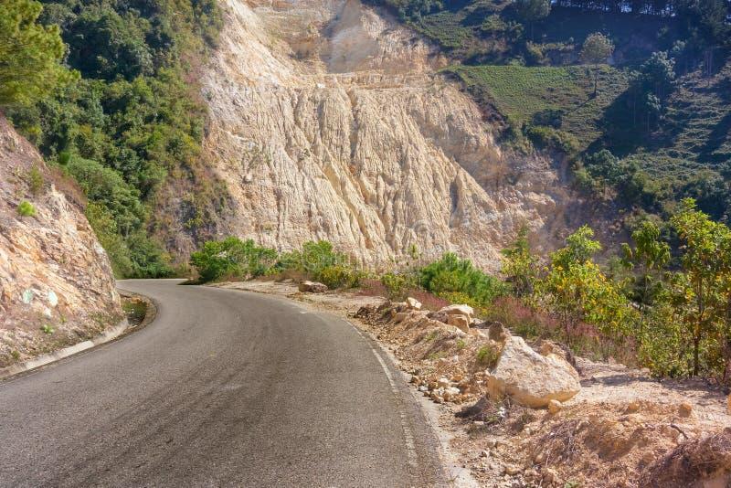 Paisaje de la montaña del distrito de Jalapa a lo largo del camino cerca de Miramundo fotografía de archivo