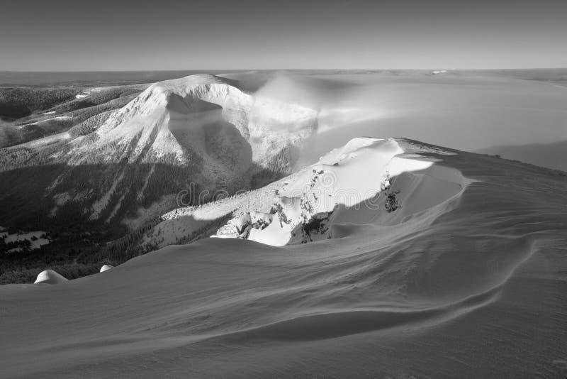 Paisaje de la montaña del invierno con niebla en las montañas gigantes en la frontera polaca y checa - parque nacional de Karkono fotografía de archivo libre de regalías