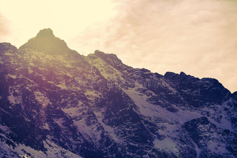 Paisaje de la montaña del invierno en estilo del vintage Montañas polacas Tatra en el invierno fotos de archivo libres de regalías
