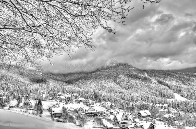 Paisaje de la montaña del invierno en Rumania fotos de archivo