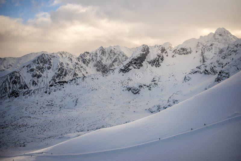Paisaje de la montaña del invierno, montañas de Tatra en Polonia imagenes de archivo